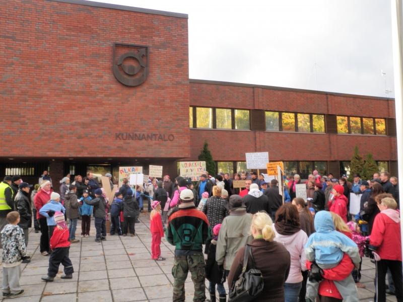 Kunnantalon edustalla oli tänään satoja mielenosoittajia puolustamassa kyläkouluja. Lopullinen päätös minusta hyvä kaikkien kannalta.