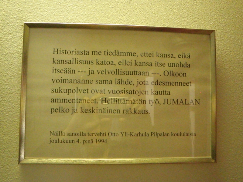 Sotaveteraani Otti Yli-Karhulan hienot sanat Pilpalan koulun seinällä.