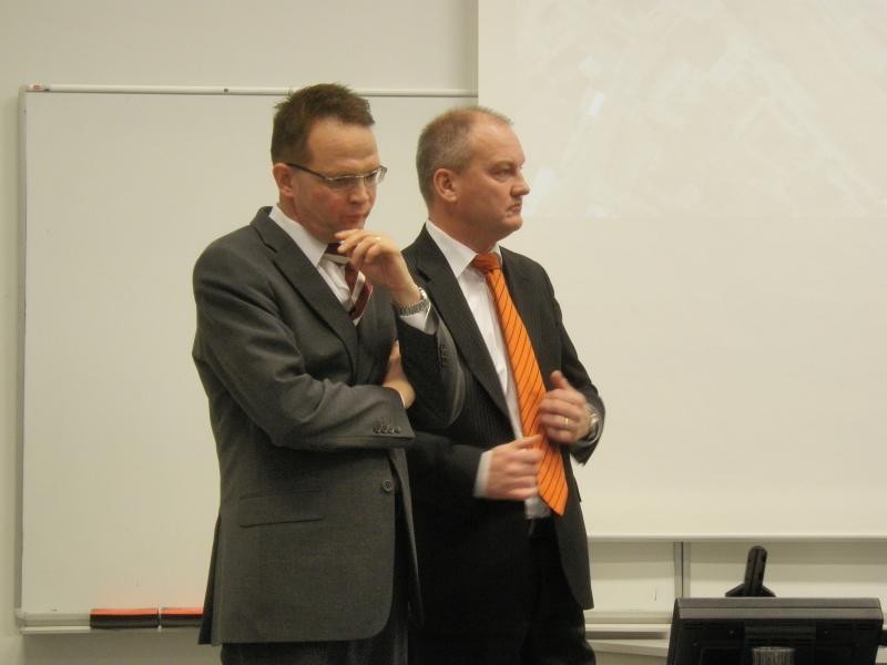 Valtiosihteerimme Velipekka Nummikoski ja kaupunginjohtaja Raimo Lahti pohtimassa Hyvinkään tulevaisuutta ja myös koko metropolialueen tulevaisuutta.