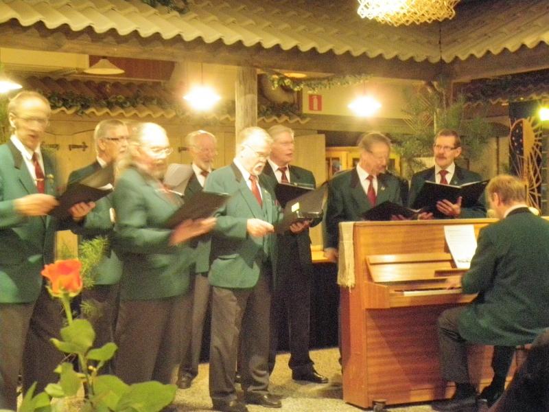 Tänään ilta Lopen Samoojien 30-vuotisjuhlissa Timjamissa. Lopen Mieslaulajat esittivät uuden Lopen Samoojien laulun ja muutenkin ohjelma muistorikas kuvakavalkadeineen ja muineen. Hieno juhla tekevältä joukolta.
