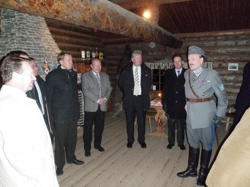 Marsalkka Mannerheimin metsästysmaja oli päivän viimeinen kohde. Itse Marsalkka alias Timo Närhinsalo esitteli Lopen ykkösnähtävyyttä.