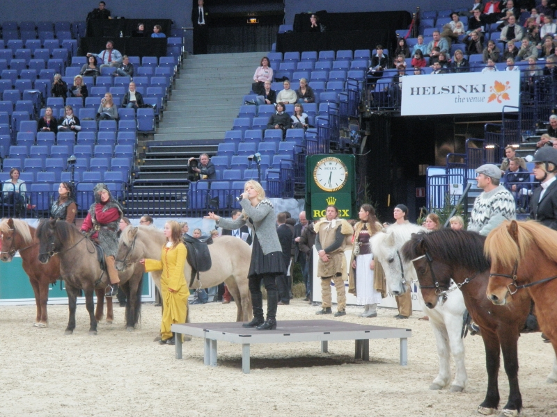 Horseshow avajaiset tarjosivat upeaa nähtävää ja tällä kertaa kuultavaakin. Islannin hevoset olivat jälleen isossa roolissa ja Islannin Euroviisuedustaja saapui paikalle maantavan mukaan ratsain ja esitti hevosten keskelle maan kilpailukappaleen.