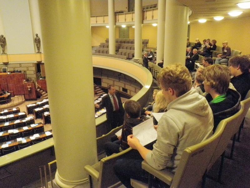Ilkka Kanervalla oli tänään myös vieraita eduskunnassa. Ike isännöi tällä kertaa vantaalaista lukiolaisryhmää ennen kyselytuntia.