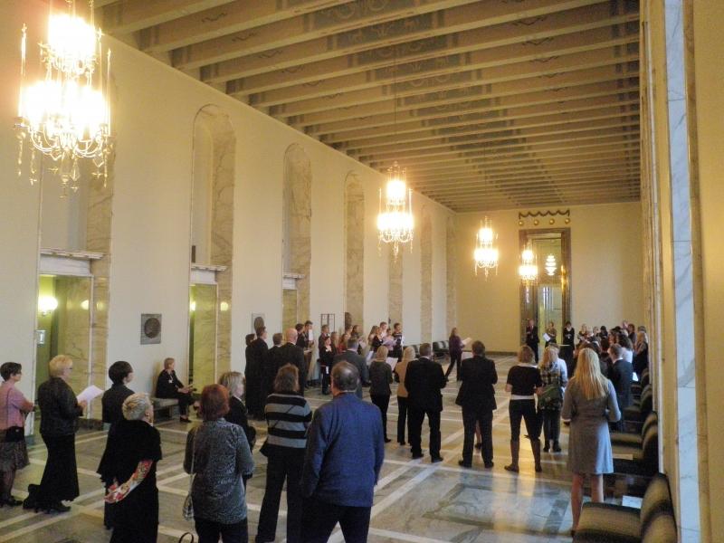 Tänään työpäivä katkesi mukavasti lounastauolla Valtiosalissa järjestettyyn Syysunelmia -kuorohetkeen. Tutut Sibelius Lukion kuorolaiset johtivat yhteislauluhetkeämme.