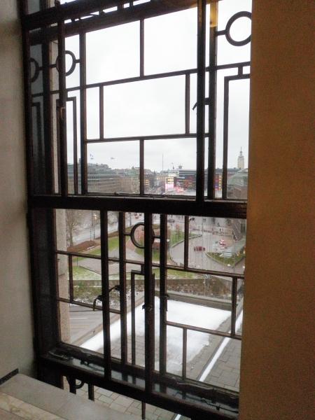 Tässä yksi yksityiskohta eduskunnasta jälleen. Upeita ikkunoita ja näkymä kaupungille.