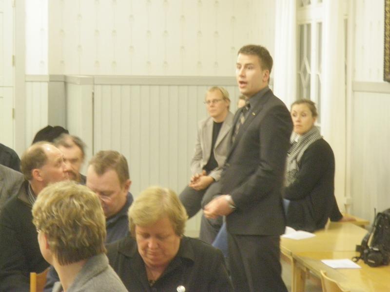 Kokoomusnuorten Ville Sipiläinen valittiin viikonloppuna nuorten liittohallitukseen. Tänään Ville oli ehdolla myös piirihallituksemme varapuheenjohtajaksi, mutta lopulta kokous päätti, että varapuheenjohtajina jatkavat Merja Vahter ja Marjo Kotioja-Partanen ja Ville jatkaa hallituksen jäsenenä.