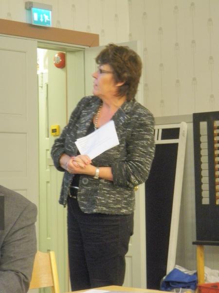 Taloudenhoitajamme Helena Maattola esittelemässä piirimme ensi vuoden talousarviota. Helenan johdolla olemme selkeyttäneet budjettiamme ja sen vertailua eri vuosien välillä. Uudistuksia joita itse erityisesti olen kaivannut. Kiitos niistä.