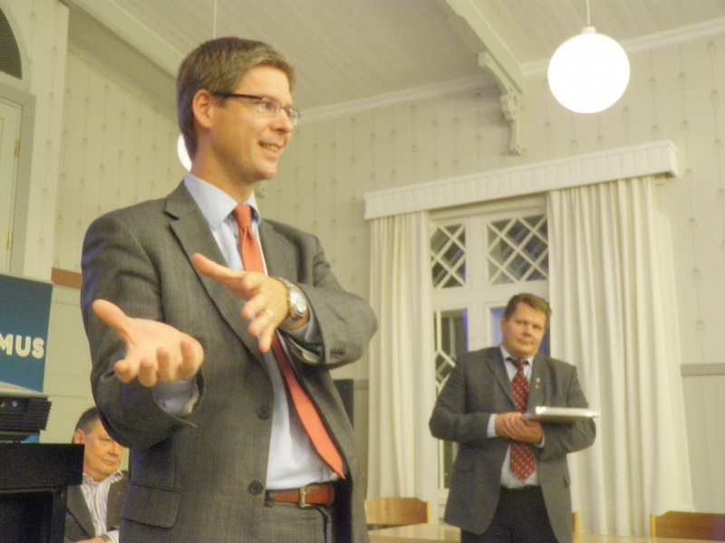 Varapuheenjohtaja Sampsa Kataja pitämässä poliittista tilannekatsausta. Taustalla kokouksen puheenjohtajana toiminut Jarmo Pynnönen.