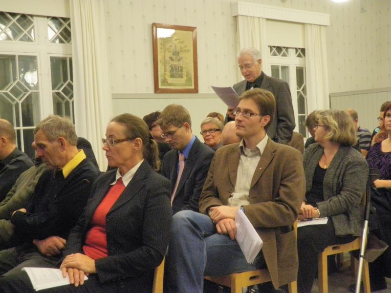 Pitkäaikainen kokoomusvaikuttaja ja -tekijä Raimo Toveri esittämässä kysymystä Katajan alustuksesta.