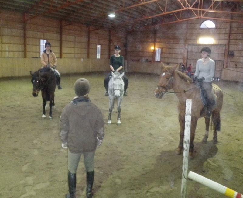 Ratsastuksen opettajamme Jari Nylund ohjeistaa ennen seuraavaa harjoitusta.