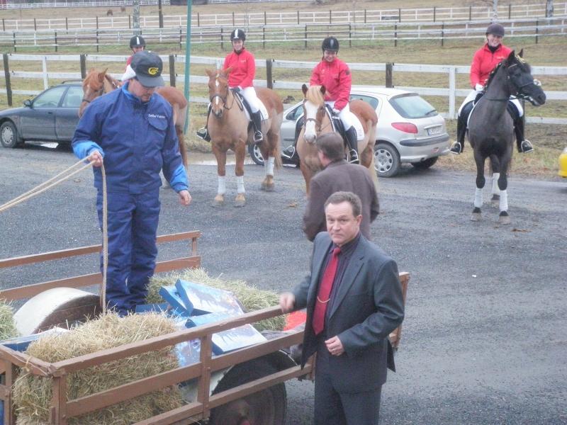 Hämeen maakuntavaltuuston tuore puheenjohtaja Timo Saviniemi ja luonnollisesti hevosten ympäröimänä kun Ypäjällä oltiin.