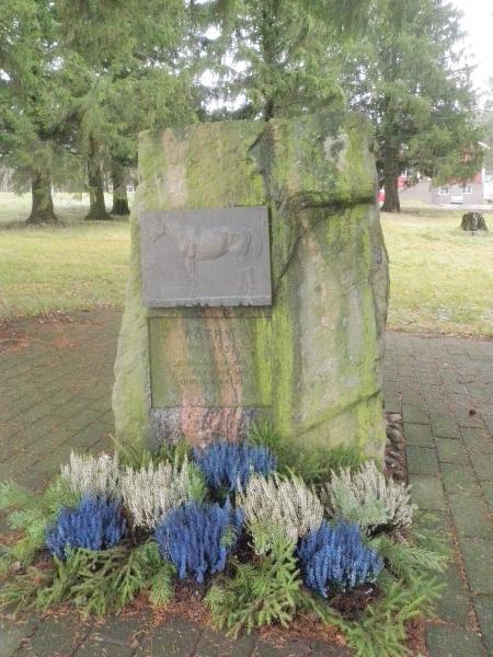 Ja kun Ypäjällä käy niin luonnollisesti hevosmiehenä myös pitää aina käydä Mannerheimin Käthyn haudalla.