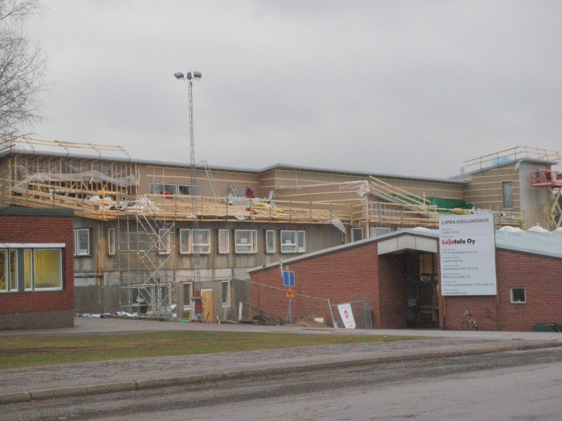 Iltapäivällä kävin vielä katsomassa miten rakennushankkeemme Lopella etenevät. Tässä hieman tilannekatsausta kuvina koulukeskuksemme uudesta B-talosta. Valitettavasti uudesta neuvotalosta en huomannut kuvaa napata. Mutta joku toinen päivä.
