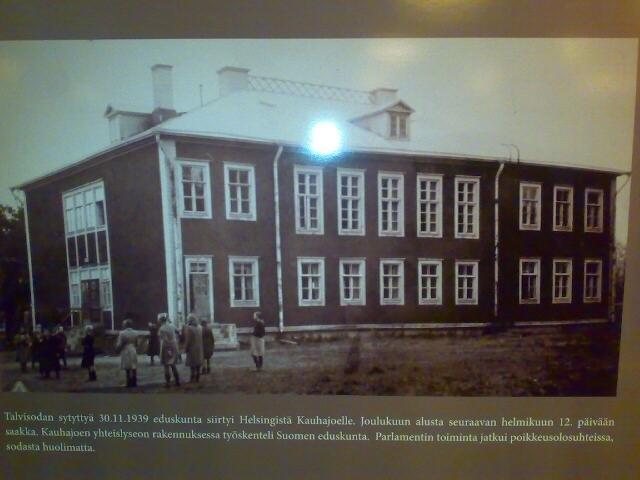 Tässä talossa Kauhajoella eduskunta kokoontui talvisodan aikaan. Ensimmäiset pommitukset Helsingissä siirsivät illan istunnon salaiseen paikkaan ja kansanedustajat vaelsivat aavekaupungissa ilman valoja pitämään istuntonsa. Tuon jälkeen istuntopaikaksi määrättiin tämä talo.