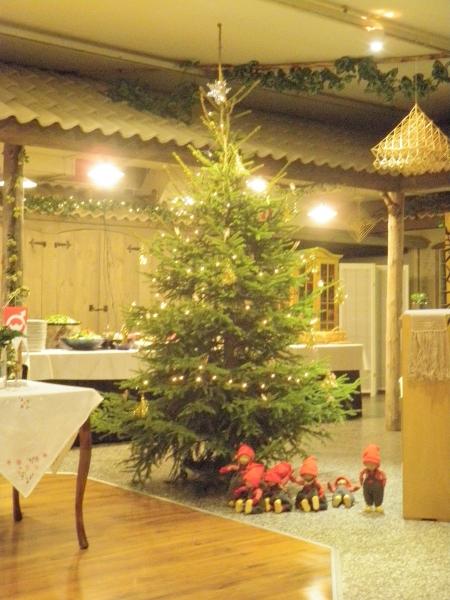 Lopen Puotinkulman Timjamin tämän vuoden kaunis joulukuusi. Tunnelma talon tavan mukaan erittäin lämmin ja viihtyisä ja ruoka viimeisenpäälle. Kiitos Mirja ja Timo ja talonväki.