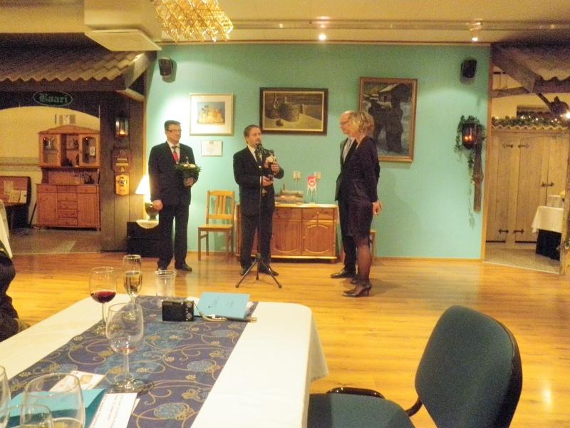 Jarmo Laukkanen ja Teuvo Zetterman kiittämässä illan vieraita eli Anne ja Antti Rantalaista.