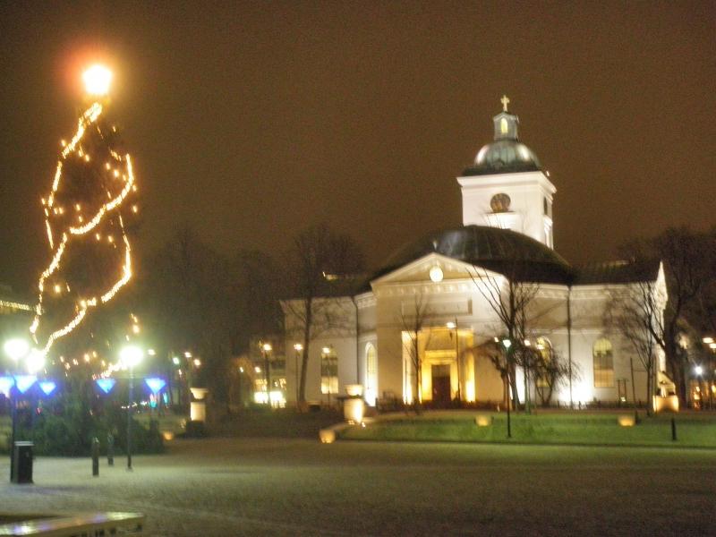 Hämeenlinnan kirkko ja tori ovat näin joulunkin alla erittäin kauniita. Jotenkin tämä paikka minun silmääni ja mieleeni. Itseasiassa tänäänkin vain kävelin sitä katsomaan kun kaupungissa kävin.