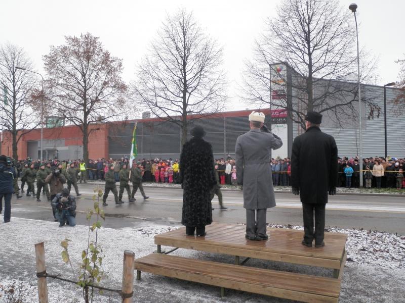 Maaherramme Anneli Taina, puolustusvoimain komentaja Ari Puheloinen ja Riihimäen valtuustonpuheenjohtaja Jorma Höök vastaanottivat juhlaparaatin. Väkeä oli liikkeellä aivan valtavasti. Puolustusvoimat arvioivat, että noin 10 000 ihmistä seurasi paraatia ja katselmusta Riihimäellä.