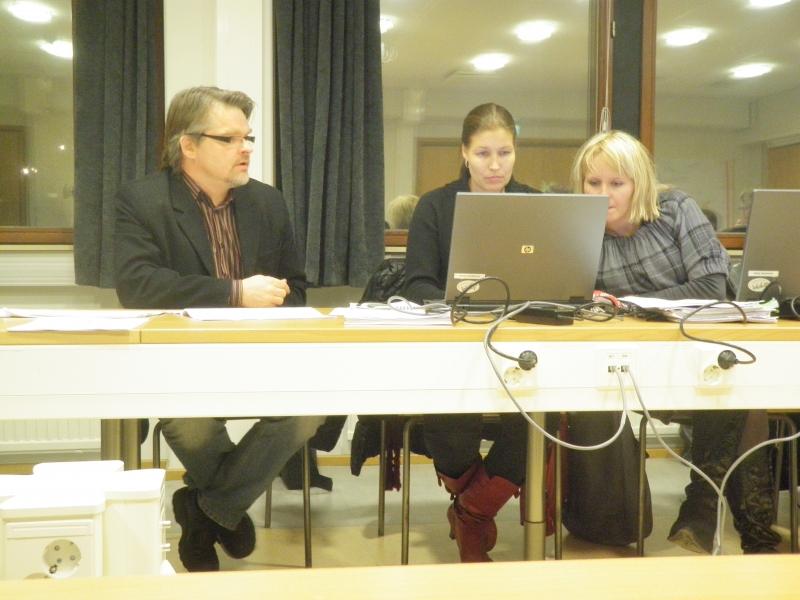 Tässä sitten jo tämän maanantain tunnelmia kunnanhallituksesta. Kokoomusryhmämme Saija Grönholm (oik), Eeva Pyhälammi ja Antti Rusi.