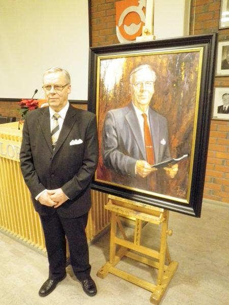 Entinen kunnanjohtajamme Voitto Saraneva ja tänään julkistettu muotokuva. Voitto teki kunnassamme poikkeuksellisen pitkän johtajauran josta viimeiset lähes 20 vuotta kunnanjohtajana.