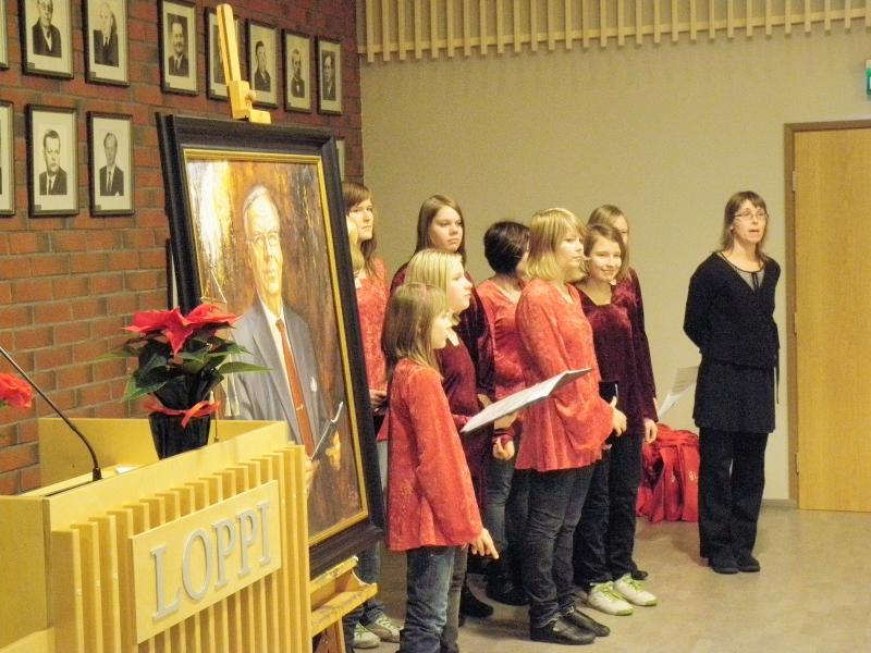 Lopen nuorisokuorolaisia johtajansa Eveliina Jurkan kanssa toivat laulutervehdyksen julkistustilaisuuteemme.