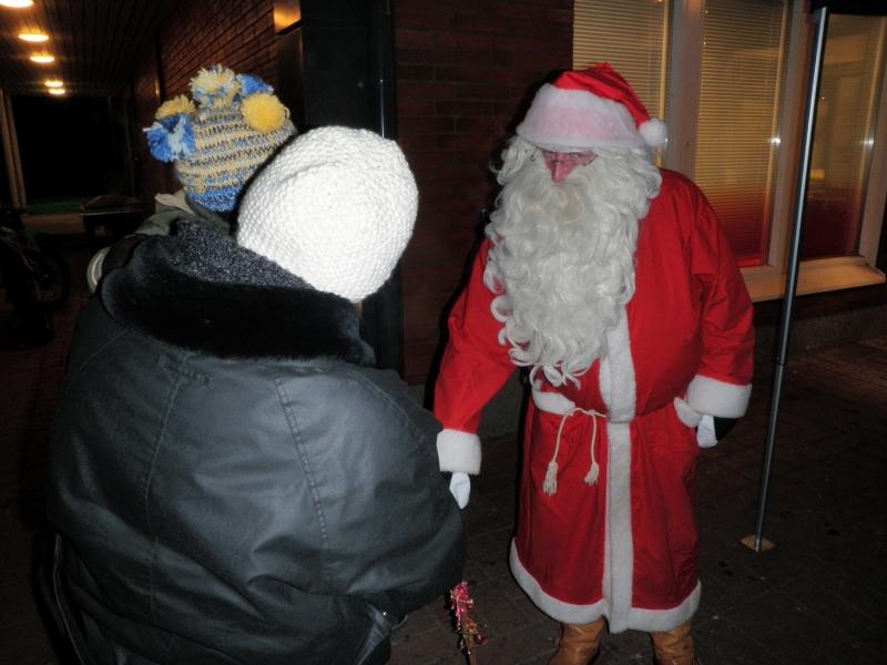 Joulupukin luona kävi perheen pienimmät ja isommatkin. Kylmä pakkaskelikään ei väkeä pelottanut ja pukki pärjäsi punanutussaan ja pitkässä parrassaan hyvin hyisessäkin säässä.