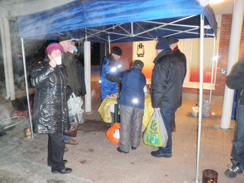 Huurua ja huurretta riitti, kun kuumat glögipannut lämmittivät pakkailmaa teltallamme. Väkeä riitti mukavasti ja herkut tekivät kauppansa.