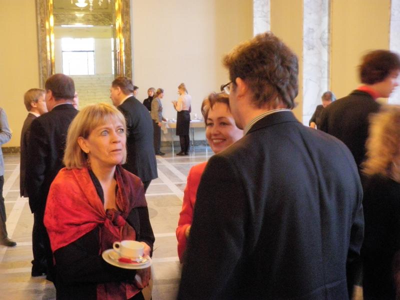 Sibelius lukion kuoronjohtaja Marjukka Riihimäki yhdessä sivistysvaliokunnan puheenjohtajan Raija Vahasalon ja Risto Aution kanssa.