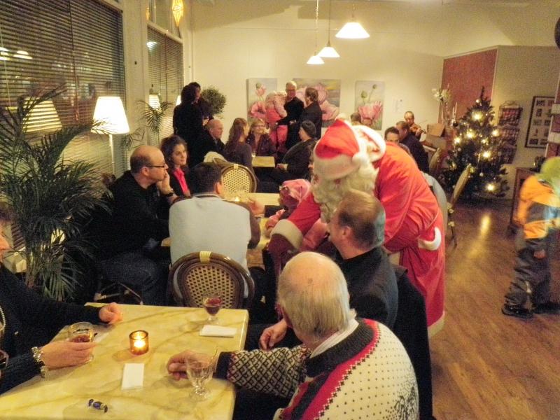 Ja päivä sitten päätökseen Cafe Feeniksissä Riihimäen Jouluhetkessä ja Joulutuuletuksessa. Väkeä paikalla hienosti. Paljon enemmän kuin odotimme ja tuoleja kannoimme pöytiin parhaina hetkinä lisää.