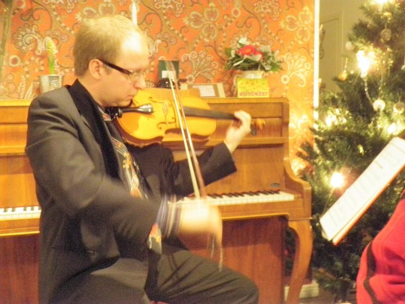 Pelimanni JP Ruuskanen vastasi Cafe Feeniksissä musiikistamme ja tunnelma olikin hurmaava. Kiitos JP:lle.