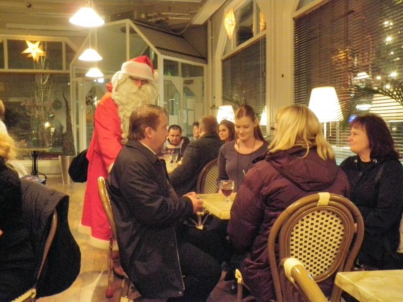 Kaiken kaikkiaan lähes 50 ihmistä kävi reilussa tunnissa glögillä ja piparkakulla ja tottakai tapaamassa myös paikalle ehtinyttä Joulupukkia.