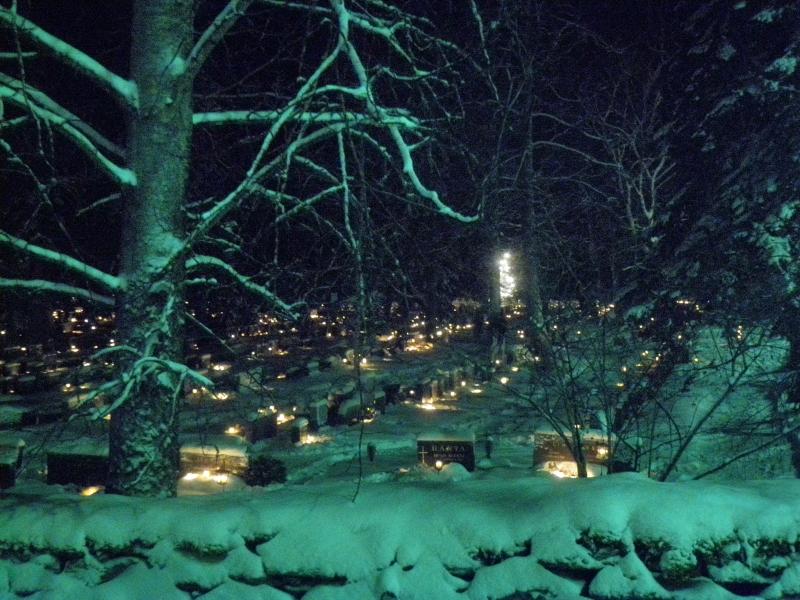 Tässä vielä tunnelmia eiliseltä illalta Lopen kauniilta hautausmaalta ja kirkostamme.