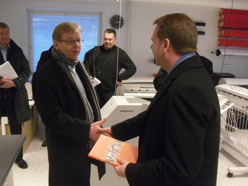 Kai Heimonen kiitti ministeri Jan Vapaavuorta vierailusta ja esitti ministerille toiveen Riihimäen Rautatieaseman asemalaiturien ja raiteiden kuntoonsaattamisesta. Tällä olisi myös merkittävä vaikutus yhdyskuntarakenteen eheyttämisessä.