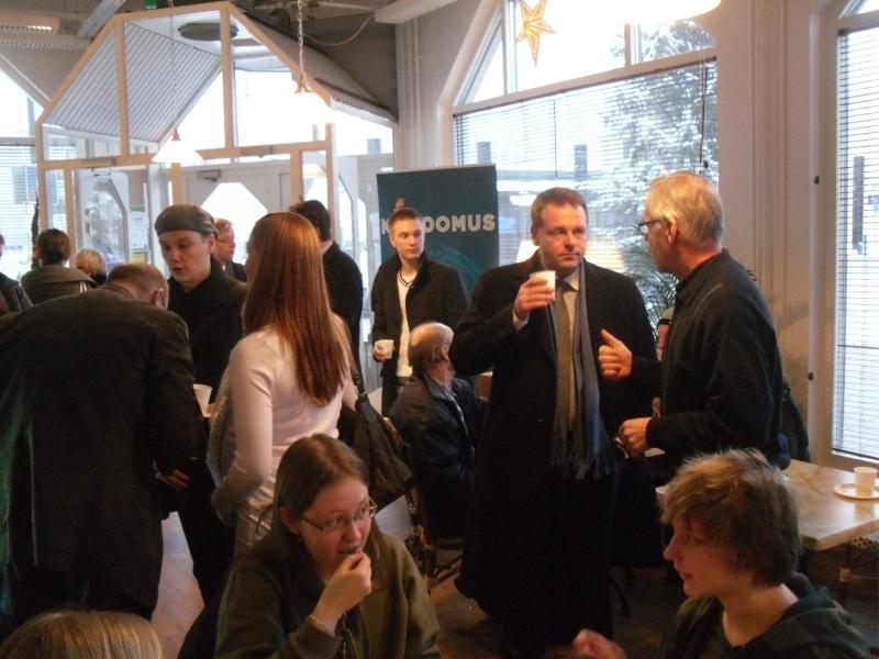 Cafe Feeniksin Tammituuletus keräsi valtavasti väkeä ja tunnin keskustelutuokio olikin vilkas ja antoisa.