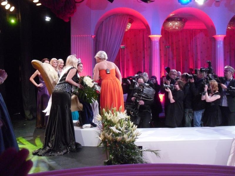 Tässä sitten jo tuoreita kuvia tältä illalta Grand Casinolta. Sain kutsun seuraamaan Miss Suomi -finaalia hallitsevalta Miss Suomelta Essi Pöystiltä ja olikin hieno tilaisuus. Mukana myös meidän kokoomusnuorista Minna Nikkilä joka kisasi numerolla 10 ja olikin erinomainen. Myös Essi Hellsten on ollut ehdokkaanamme jos oikein muista niin Uudessakaupungissa.
