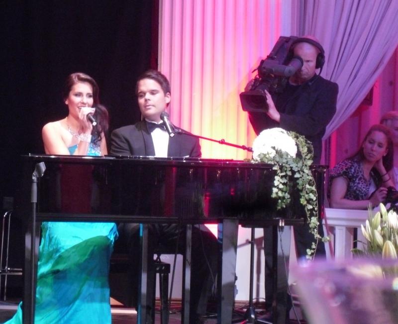Essi Hellsten myös lauloi illan Miss Suomi -finaalissa yhdessä Mikael Konttisen kanssa.