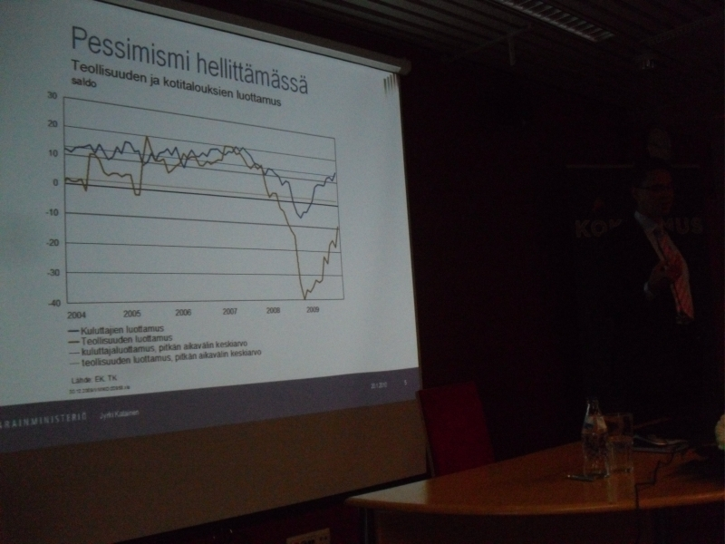 Jyrki Katainen kertoi, että pessimismi on hellittämässä, mutta edessä on vaikeat vastuun vuodet. Katainen painotti, että kokoomuksen tavoite on turvata hyvinvointiyhteiskunta huomennakin.