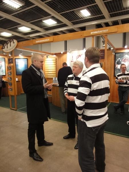 Lopen kunnan kehittämispäällikön Jyrki Käen (oik) ja Motojyskyn Jyri Tengmanin kanssa keskustelemassa Lopen matkailun tulevaisuudesta.