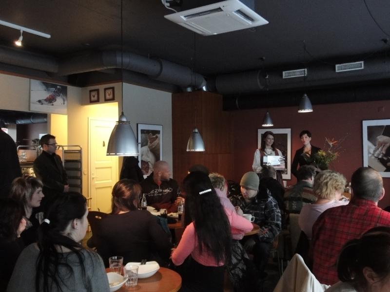 Cafe Kukko on aivan mahtava paikka Hämeenlinnassa. Tänään siis siellä lounas ja Riihimäellä sitten jälkiruoka kahvi toisessa suosikissani eli Cafe Feeniksissä. Feeniks ansaitsisi kyllä myös parhaan laten palkinnon.