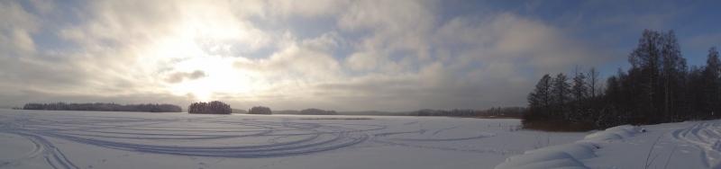 Päivällä kahvitauolla oli pakko piipahtaa Loppijärven rannassa. Paukkupakkasessa aivan upea maisema.
