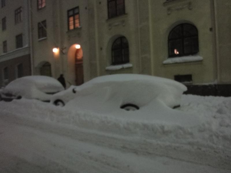 Ja sitten tunnelmia Helsingin lumikaaoksesta. Onkohan tuo lumenluontikin ulkoistettu Helsingissä Taivaan Isälle?