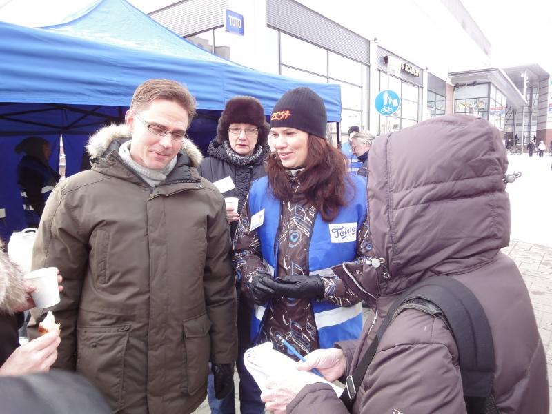 Helinä Perttu on yksi tulevista eduskuntavaaliehdokkaistamme Uudellamaalla. Hän teki jo hyvän tuloksen 07-vaaleissa ja nyt sitten tavoitteena läpimeno. Helinä oli Jyrkin, Raijan, Mäksyn ja minun kanssa Kokoomus Kuuntelee tapahtumassa Järvenpään Prismalla.