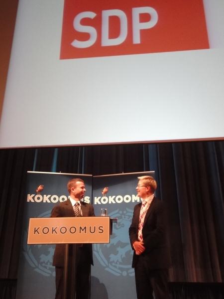 Yksi vieraistamme oli SDP:n Ari Korhonen. Erinomainen puheenvuoro. Tässä Korhonen päivien alkuperäisidean isän ja juontajan Petteri Orpon kanssa.