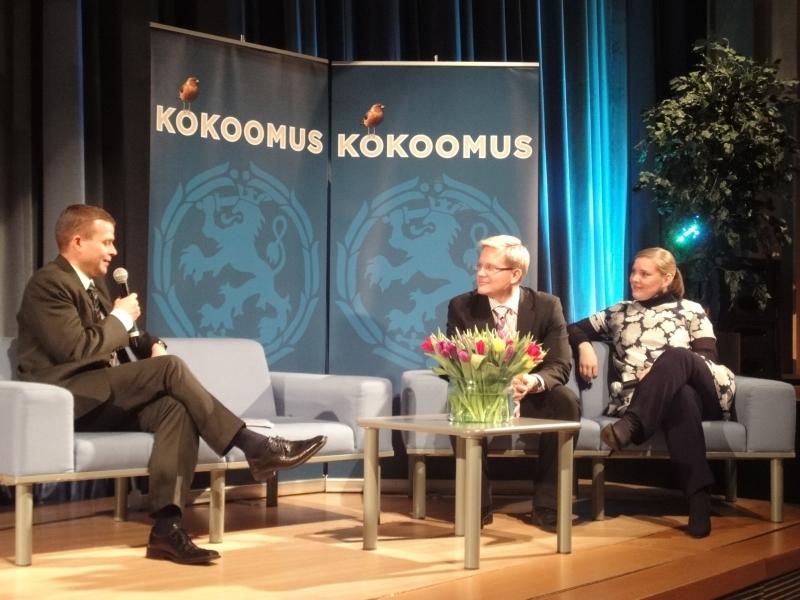 Puoluesihteerit Orpon piinapenkissä. Eli sohvalla haastateltavana Taru Tujunen ja Ari Korhonen.