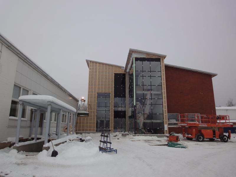 Tuo vasemmalla näkyvä rakennus jää kuvassa näkyvältä osalta pystyy ja se saneerataan nyt 2000-luvulle. Mutta muuten vanha B-koulu saa väistyä puskutraktoreiden avulla.
