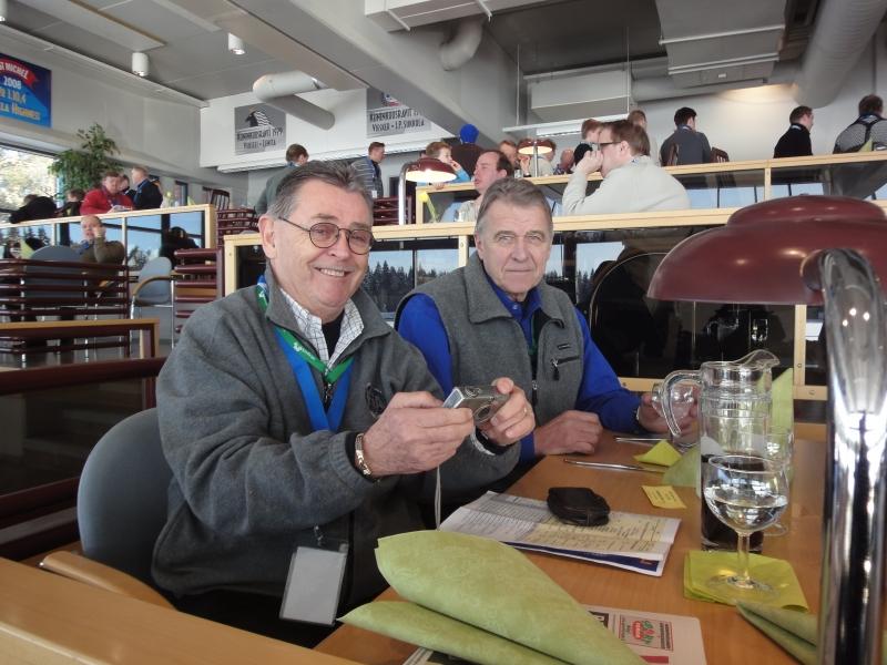 AKK-Motorsportin puheenjohtaja Kari O. Sohlberg (oik) ja rallilegenda Simo Lampinen lounasseuranani päivällä Mikkelin raviradalla.