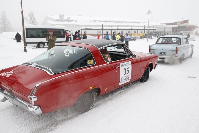 Juha Bernerin Plymouth Barracuda, ja sen edessä Seppo Nirosen Pösö 404. Aikastalailla harvinaisia kisapelejä molemmat. Kuva Kare Asp.