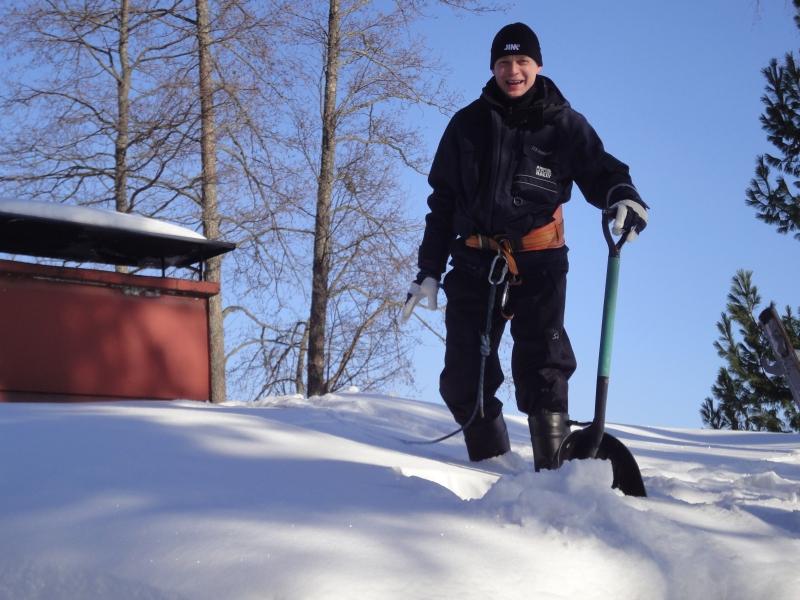 Lunta olikin katoilla aikalailla. Mukava päiväpuhde ja kun mukana oli ammattimieskin pikkuserkkuni Matti Vilenius niin homma sujui hyvin. Kannattaa siis olla yhteyksissä ammattilaisiin kun näihin töihin ryhtyy. Nytkin katto oli auringonpuolelta yllättävänkin liukas.