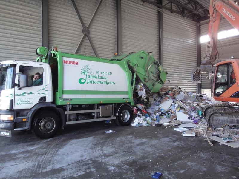 Janakkalan Jätteenkuljetus toi juuri kodeissa lajiteltua jätettä Karanojalle. Tässä jäte tarkistetaan ja lajitellaan ja siitä sitten matka jatkuu polttoon tai muualle.