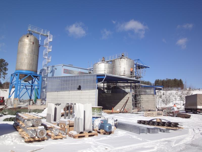 Tässä valmistuu kovaa vauhtia maamme ensimmäinen kotitalousjätettä hyödyntävä polttoainetehdas. ST1 avaa toukokuussa tehtaan Hämeenlinnassa ja alla pari kuvaa autosta joka kulkee sitten biojätteellä.